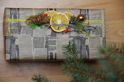 Prezent zawijający w gazecie pod drzewem na drewnianej podłoga Obrazy Royalty Free