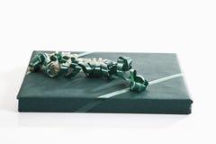 Prezent zawijający z zielonym opakunkowym papierem obrazy stock