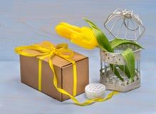 prezenta koloru żółtego i pudełka tulipany fotografia royalty free