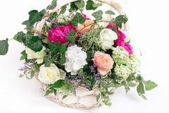 prezenta kosz kwiatu whith róż peoni hortensja odizolowywająca Zdjęcie Royalty Free