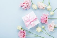 Prezenta pastelu i pudełka kwiaty dla matka dnia na błękitnym stołowym odgórnym widoku mieszkanie nieatutowy styl fotografia stock