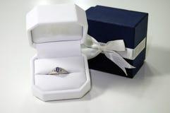 prezenta piękny pierścionek Obrazy Royalty Free