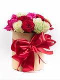 prezenta pudełka łęk z kolorowymi różami dla wakacje Zdjęcie Stock