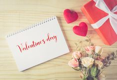 Prezenta pudełka łęku biały faborek, serca valentine tekst z notatnikiem i Fotografia Royalty Free