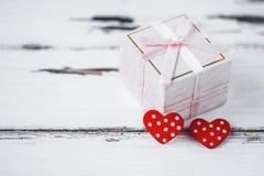 Prezenta pudełko dekorował z sercami na drewnianym tle Walentynki ` s dnia pojęcie zdjęcie royalty free