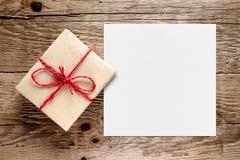 Prezenta pudełko i biały pusty papier zdjęcia royalty free
