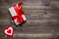 Prezenta pudełko i dekoracyjni serca na drewnianym tle Valentine& x27; s dzień zdjęcie stock