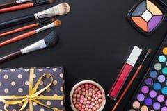 Prezenta pudełko i makeup narzędzia odizolowywający na czarnym tle akcesoria i Odgórny widok up i egzamin próbny Pomadka, oko cie Zdjęcia Royalty Free