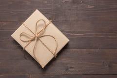 Prezenta pudełko jest na drewnianym tle z pustą przestrzenią Obraz Royalty Free