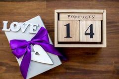 Prezenta pudełko na drewnianym tle Fiołkowy faborek Walentynki ` s dnia prezent obraz royalty free