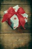 Prezenta pudełko na drewnie Zdjęcia Royalty Free