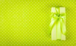 Prezenta pudełko na jasnozielonym tle Pudełko z niespodzianką na polki kropki tle Międzynarodowy kobiety ` s dzień kosmos kopii O Fotografia Stock