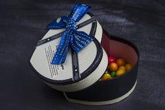 Prezenta pudełko w formie serca z cukierkami wśrodku obraz royalty free
