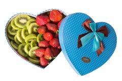 Prezenta pudełko w postaci serca na walentynki ` s dniu odizolowywa na białym tle Pudełko w postaci serca z Zdjęcia Royalty Free