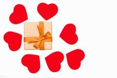 Prezenta pudełko wokoło z Złotym faborkiem i niektóre czerwoni serca na białym tle Zdjęcie Stock