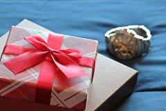 Prezenta pudełko z łękiem na łóżkowym tle Zdjęcia Royalty Free