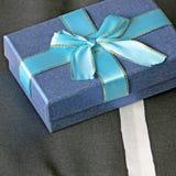 Prezenta pudełko z łękiem na łóżkowym tle Fotografia Royalty Free