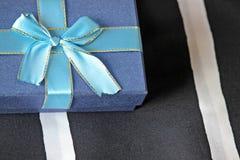 Prezenta pudełko z łękiem na łóżkowym tle Zdjęcie Royalty Free