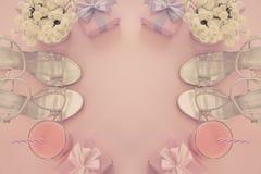 Prezenta pudełko z atłasowym tasiemkowym łękiem dla kobieta kwiatów Kupuje buty szkło koktajl Fotografia Stock