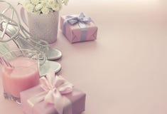 Prezenta pudełko z atłasowym tasiemkowym łękiem dla kobieta kwiatów Kupuje buty szkło koktajl Zdjęcia Stock