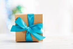 Prezenta pudełko z błękitnym faborkiem Fotografia Stock