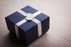 Prezenta pudełko z białym kierowym kształtem Obrazy Stock
