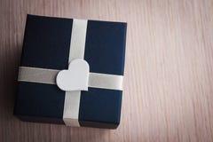 Prezenta pudełko z białym kierowym kształtem Zdjęcia Royalty Free