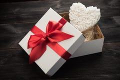 Prezenta pudełko z białym sercem Zdjęcia Stock