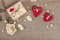 Prezenta pudełko z białym suszy różanego i czerwonych dwa serca na grabić, co Obrazy Royalty Free