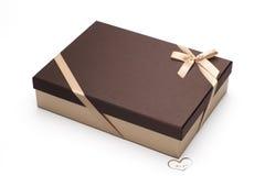 Prezenta pudełko z brown pokrywą także zawija up żółtą taśmą z łękiem z sercem Dla ciebie. Fotografia Royalty Free