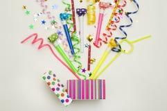 Prezenta pudełko z confetti, balonami, streamers, noisemakers i dekoracją na zielonym tle różnej partii, kolorowy Zdjęcie Stock