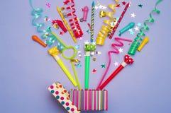 Prezenta pudełko z confetti, balonami, streamers, noisemakers i dekoracją na zielonym tle różnej partii, kolorowy Obraz Royalty Free