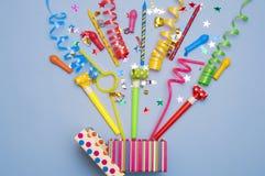 Prezenta pudełko z confetti, balonami, streamers, noisemakers i dekoracją na zielonym tle różnej partii, kolorowy Zdjęcia Stock