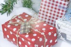 Prezenta pudełko z czerwonym faborkiem i łęk na drewnianym stole fotografia royalty free
