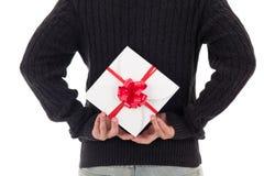 Prezenta pudełko z czerwonym faborkiem w męskich rękach Zdjęcia Stock