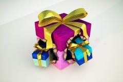Prezenta pudełko z dwa małymi prezentami podmuchowymi od go out. Zdjęcie Royalty Free