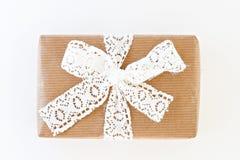 Prezenta pudełko z faborkiem odizolowywającymi białym łękiem i Zdjęcia Royalty Free