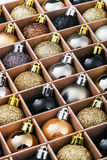 Prezenta pudełko z jaskrawymi Bożenarodzeniowymi piłkami Zdjęcia Stock