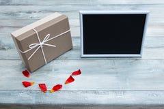 Prezenta pudełko z pustą obrazek ramą z miejscem dla twój teksta zdjęcia royalty free