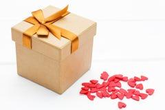 Prezenta pudełko z udziałami mali serca na białym tle Zdjęcia Royalty Free