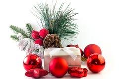 Prezenta pudełko z xmas dekoracjami i sosna liśćmi Zdjęcie Stock
