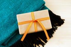 Prezenta pudełko zawijający rzemiosło papierowy, pomarańczowy faborek na i zdjęcie royalty free