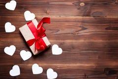 Prezenta pudełko i dekoracyjni serca na drewnianym tle to walentynki dni fotografia royalty free