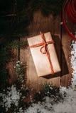 prezenta pudełko i futerka drzewo na drewnianym tle Zdjęcie Stock