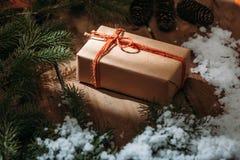 prezenta pudełko i futerka drzewo na drewnianym tle Obraz Royalty Free