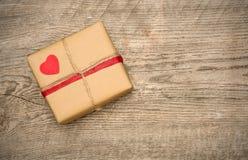 Prezenta pudełko na drewnianym tle Fotografia Royalty Free