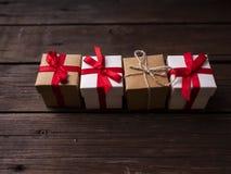 Prezenta pudełko na drewnie obrazy stock