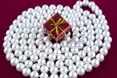 Prezenta pudełko na perle obraz stock
