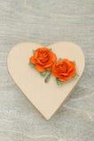 Prezenta pudełko w postaci serca z dekoracyjnymi kwiatami Obraz Royalty Free