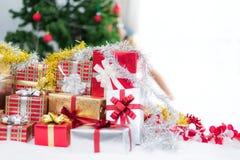 Prezenta pude?ko z choinki t?em dla niespodzianek dzieci w nowego roku lub Xmas partyjnym festiwalu Relaksujący wakacje i przedmi zdjęcie stock